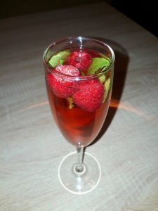 Cranberry Champagne Cocktails - How to prepare Cocktails Holidays With Champagne, Cranberry Juice, Raspberries and Mint.